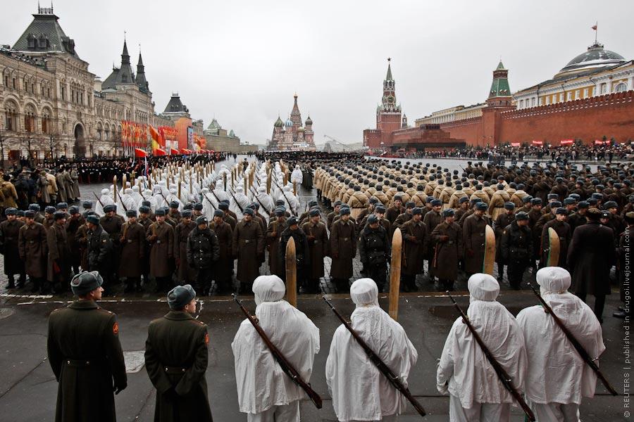Торжественный марш состоялся в понедельник на красной площади москвы в честь 70-летия легендарного парада красной